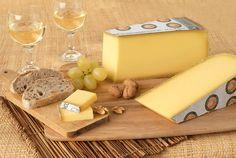 Fromages jurassiens avec raisins et vin blanc ... du Jura ! Massif du Jura, Franche-Comté, France.