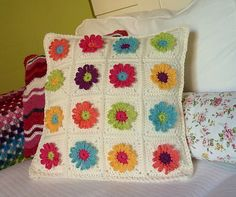 Ravelry: Daisy Chain Pillow pattern by P. I crochet Crochet Home, Love Crochet, Diy Crochet, Crochet Pillow Cases, Knitted Cushions, Crochet Decoration, Yarn Thread, Crochet Stitches Patterns, Crochet Projects