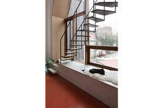 trap en zithoek in/aan/voor het raam  woning in kessel-lo - by nu architecten