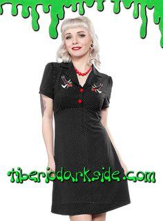 Vestido con corte de camisa hasta el pecho de color negro con topos blancos, manga corta y botones rojos. Bordados de golondrinas. Materiales: 95% polyester, 5% spandex. Marca: Sourpuss.  COLOR: NEGRO TALLAS: S, M, L, XXL  S - 82 cm pecho (ES talla 36, MEX talla 26, UK talla 8) M - 88 cm pecho (ES talla 38, MEX talla 28, UK talla 10) L - 94 cm pecho (ES talla 40, MEX talla 30, UK talla 12) XXL - 106 cm pecho (ES talla 44, MEX talla 34, UK talla 16)  SE MUESTRA CON