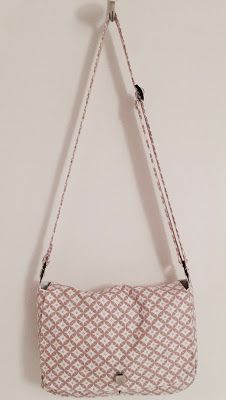 la petite maison de Sylvie: Sac besace Diy Sac, Couture Sewing, Pouch Bag, Louis Vuitton Damier, Branding, Textiles, Shoulder Bag, Pattern, Crafts
