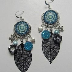 Boucles d'oreilles (9,5 cm) avec cabochons 20 mm en verre 100% faits main, avec breloques métal argenté, estampes