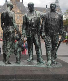 """Rotterdam, Stadhuisplein: """"Sterker door Strijd"""". 1957 - Marie Andriessen. Brons."""