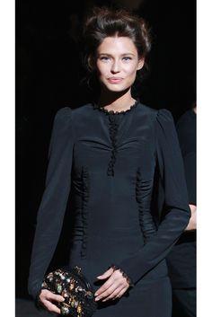 Bianca Balti, amiga de Dolce & Gabbana y también imagen de la firma, asistió al desfile con un sobrio vestido negro de manga larga.