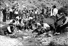 Spain - 1937. - GC - GC - Los soldados de la columna de Torres-Benedito, lavando la ropa en un frente de la provincia de Valencia, en 1937, durante las horas de descanso