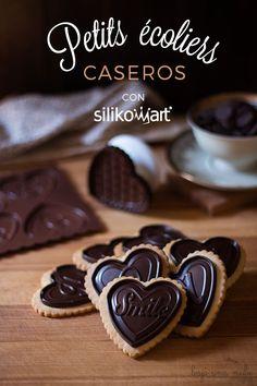 Con esta receta de galletas María caseras y un molde de chocolatinas Silikomart conseguimos unos Petit Écoliers caseros perfectos.