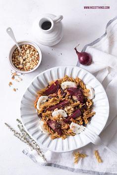 Glutenfreie Pasta mit roter Bete, Ziegenkäse, Balsamico Zwiebeln