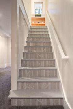 dekoration mit schönen Tapeten treppe monochromatisch stil weiß geländer