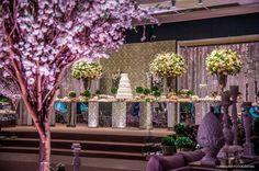 Vem ver que linda essa Decoração Clássica de Casamento executada pela Flor e Cia no Le Buffet! Muito romantismo e classe com flores brancas e folhagem.