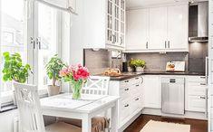 A kis lakások esetében jól bevált skandináv mintát követi a lakberendezés ebben a hangulatos kis 41nm-es otthonban - sötét, pigmentált olajozással kezelt Kährs fa padló és fehér falak, fehér bútorokkal, természetes, finoman vidéki hangulat.