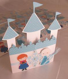 Convite Castelo Frozen <br> <br>Lindo convite no tema Frozen, este modelo de castelo pode ser feito em outros temas também! <br> <br>Detalhes do convite: <br>* Medida 18 x 14,5 cm <br>* Produzido com papéis especiais de alta gramatura e texturizado <br>* Impressão à laser <br>* Fita de cetim + organza <br>* Acabamento com mini pérolas <br>* Embalados individualmente <br>* Dizeres dos convites como a cliente preferir, as nossas sugestões são enviadas após o fechamento do pedido. <br>* Tag com…