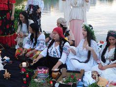 Vrăjitoarea Elena Minodora a condus ritual de sacrificiu la baltă filamt pentru tv Moscova - Vrăjitoare România Portal, Clothes, Russia, Outfits Fo, Clothing, Outfit Posts, Outfit, Dresses, Kleding