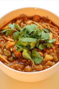 Harira is een heerlijke voedzame soep. In deze vegetarische variant vind je kikkererwt, aardappel, tomaat, linzen en wortel en selderij. Chana Masala, Chili, Soup, Ethnic Recipes, Tomatoes, Chili Powder, Chilis, Soups, Capsicum Annuum