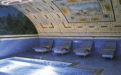 O que uma mansão com ar de realeza e arquitetura neoclássica  tem a ver com uma decoração multicolorida e pop? Tudo. A mistura improvável pode ser conferida pelos hóspedes do Byblos Art, hotel localizado em Verona, Itália.