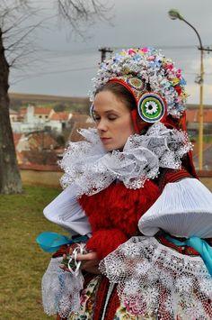 Wearing the ceremonial pentlení, Vlčnov, 2013 handwork. Folk Clothing, Historical Clothing, Folk Art Flowers, Costumes Around The World, Folk Dance, Folk Costume, Fashion Today, Ethnic Fashion, Traditional Dresses