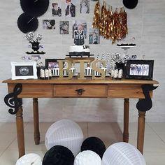 Uma miniparty para comemorar o aniversário com a banda favorita♩  Decor  @cintiavigorito.partyplanner -  E foi assim que a Mariana comemorou seus 13 anos, com uma festa bem intimista e com sua banda favorita, BTS!!  #decoração #decoraçãoteen #decoraçãopersonalizada #decoraçãotematica #bandacoreana #bts #miniparty #pocketparty #minitable #bdaydamari #festademenina #pretobrancoedourado #kidsdecor #decorparty #festasniteroi #niteroirj #cintiavigoritoproduçãoedecoraçãodeeventos - #regra Bts Happy Birthday, Army's Birthday, Birthday Decorations, Birthday Party Themes, Interior Design Living Room, Living Room Designs, Bts Cake, Army Room Decor, Kpop Diy