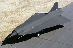 ロッキードD-21。アメリカの航空機メーカーであるロッキード(現、ロッキード・マーチン)による高高度/高速型の偵察ドローン。アメリカのCIA(中央情報局)が使用したマッハ3以上を発揮可能なドローンだったとのこと。 pic.twitter.com/aWaSrCuXEu