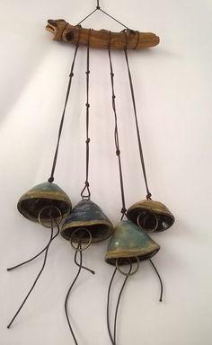 Móbile em cerâmica de alta temperatura e madeira