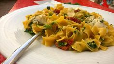 Široké nudle s gorgonzolou, sušenými rajčaty a špenátem