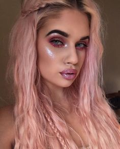 ❓❓❓ Did you know that you can wear #DiamondCrushers anywhere on your face & body for sparkly highlight? @laurenrohrer is wearing CHOKE on brow bone, cheeks & lips.