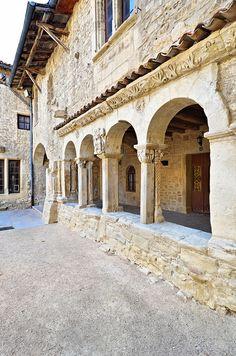 Cloître de la Collégiale de St Donat sur L'Herbasse - Drôme by Vaxjo, via Flickr