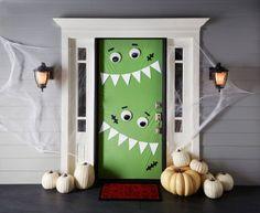 Décoration de porte avec un monstre