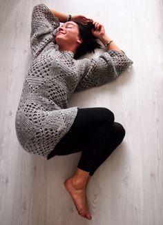 324g. Liian....lyhyt!? http://omakoppa.blogspot.fi/2014/09/vaaleanharmaa-villaruutupaita.html Katti auttoi loppulan...