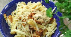 Gräddig pasta med smörstekta kantareller och kycklinglårfilé i örtig vitvinssås.