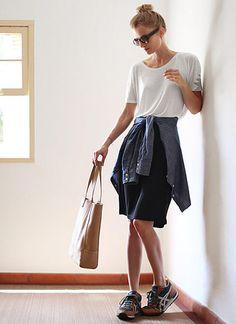白Tシャツ×黒スカート&スニーカーのスポーティコーデ(レディース)海外スナップ | MILANDA