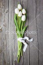 Fantastico questo accostamento, tavole di legno e un mazzo di tulipani bianchi!