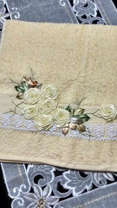 LOY HANDCRAFTS, TOWELS EMBROYDERED WITH SATIN RIBBON ROSES: TOALHA DE ROSTO COM… Ribbon Embroidery Tutorial, Silk Ribbon Embroidery, Cross Stitch Embroidery, Embroidery Patterns, Hand Embroidery, Sewing Patterns, Satin Ribbon Roses, Brazilian Embroidery, Embroidery For Beginners