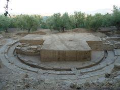 Σημαντικό μέρος του αρχαίου θεάτρου της Θουρίας στην Μεσσηνία, το οποίο είχε εντοπιστεί από πέρυσι, αποκαλύφθηκε κατά τη διάρκεια της ανασκαφικής έρευνας. Η ανασκαφή στη θέση «Ελληνικά» της αρχαίας Θουρίας έφερε στο φως ολόκληρη την περίμετρο της ορχήστρας του αρχαίου θεάτρου, η διάμετρος της οποίας είναι 16,30μ. Επίσης αποκαλύφθηκε πλήρως ο αγωγός των ομβρίων που περιτρέχει την ορχήστρα καθώς και η πρώτη σειρά των εδωλίων τα οποία βρίσκονται αδιατάρακτα στη θέση τους. Πίσω από την πρώτη…