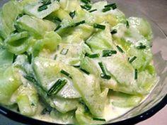 Hola amigos, el día de hoy prepararemos una ensalada con pepinos bañada en una salsa blanca de mayonesa y crema, esta ensalada la puedes servir para acompañar alguna comida de parrilla. Pero antes …