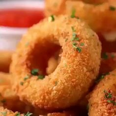 Onion Cheese Rings So yummy Must Try Once. Ingredients : for 9 onion rings 2 large white onions 3 slices mozzarella cheese 2 cups flour g) 5 eggs 2 cups breadcrumb g) oil, for frying marinara sauce Homemade Onion Rings, Baked Onion Rings, Onion Recipes, Indian Food Recipes, Baking Recipes, Cheese Recipes, Drink Recipes, Tasty Videos, Food Videos