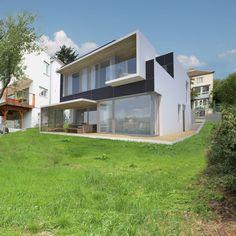 Moderne Materialien und Strukturen bergen die Möglichkeit, mit ihnen ein Haus zu entwerfen, das sich optimal an die Bedürfnisse seiner Bewohner anpasst. Das fängt bei der Aufteilung der Räume an, geht über die strukturelle Gestaltung von Treppen und Balkonen bis hin zur positiven Beeinflussung der Lichtverhältnisse.