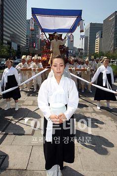 일본 위안부 문제 해결을 위한 1034차 수요 집회가 열리는 8일 오전 피해 할머니를 위로하는 전통장례식이 진행되는 가운데 꽃상여가 광화문 광장에서 일본대사관으로 향하고 있다.