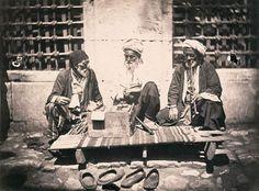 1860, Cami kenarında oturan yaşlılar.