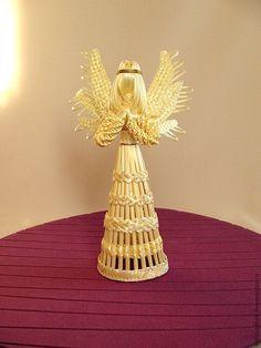 Straw Weaving, Weaving Art, Basket Weaving, Christmas Projects, Christmas Crafts, Straw Art, Newspaper Basket, Weaving Designs, Christmas Flowers