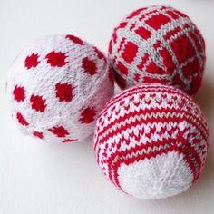 Knitting pattern for basic Christmas ball ornament Knitting Basics, Knitting Blogs, Loom Knitting, Knitting Projects, Knit Christmas Ornaments, Ball Ornaments, Christmas Balls, Christmas Crafts, Christmas Knitting Patterns