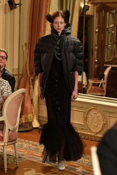 Gestern präsentierte Karl Lagerfeld im Hôtel Ritz am PariserPlace Vendôme seine Chanel Metiers d'Art 2016/17 Kollektion. Mittendrin statt nur dabei: Cara Delevingne, Georgia May Jagger, Pharrell Williams und Lily-Rose-Depp