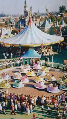 How did Disneyland and Walt Disney World look when you were a kid? Disneylândia Vintage, Disney Vintage, Retro Disney, Vintage Disneyland, Old Disney, Disney Fun, Vintage Mickey, Disney Movies, Punk Disney