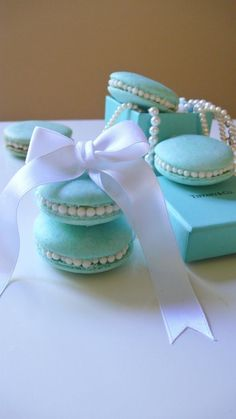 Peppermint and white chocolate macarons, with candy pearl accent I'm very pleased with the color these little ones turned out – Tiffany blue! The accent of candy pearls adds such a touch of luxury and elegance Tiffany Blue Cakes, Tiffany Cupcakes, Tiffany Blue Box, Tiffany Theme, Azul Tiffany, Macarons, Macaron Cookies, Cupcake Cookies, Tiffany Birthday Party