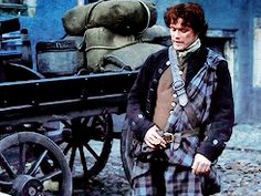 """It took me forever to find a GIF of this exact part. Leg up and lean forward. Little more. italian outlanders, Outlander: [1x03] """"The Way Out"""" ↳ Jamie Fraser"""