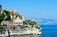 #Korfu - Die Insel Korfu im Ionischen Meer mit ihrer gleichnamigen Hauptstadt ist durch einen ganz besonderen griechischen Charme geprägt. Die landwirtschaftliche Vielfalt, die herrlichen Strände und die kleinen Hafenstädte bieten viele Möglichkeiten, die Seele baumeln zu lassen.