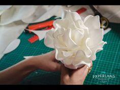 Crepe Paper Flowers Tutorial, Paper Flowers Craft, Paper Flower Wall, Paper Flower Backdrop, Flower Crafts, Diy Flowers, Fabric Flowers, Paper Cutting Patterns, Hanging Flower Wall