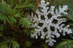How to make hot glue snowflake decorations – an easy craft for Christmas tree ornaments, gifts, package tie-ons, etc.