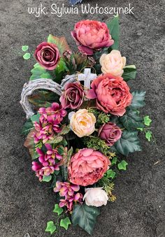 Kompozycja nagrobna 2018 wyk. Sylwia Wołoszynek Funeral Flowers, Fall Flowers, Ikebana, Topiary, Floral Arrangements, Floral Design, Floral Wreath, Christmas Decorations, Gift Wrapping