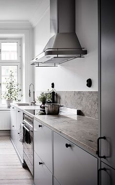 Small home with a great kitchen - via Coco Lapine Design Kitchen, ideas, diy, house, indoor, organization, home, design, cook, shelving, backsplash, oven, desk, decorating, bar, storage, table, interior, modern, life hack.