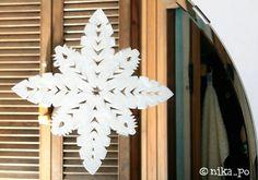 Šablona na okna,místo spreje užitá pasta a zubní kartáček. Chandelier, Ceiling Lights, Lighting, Crafts, Handmade, Home Decor, Snowflakes, Windows, Xmas