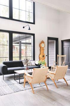 Adean Bon-sohvan ja Carl Hansenin CH25-lepotuolien välissä on muotokieleltään yksinkertainen betonipöytä, joka on valmistettu Kannustalon tehtailla tätä kohdetta varten. Mäntypuinen kaappikello on löytänyt paikkansa isojen ikkunoiden ja takaterassille johtavan oven välistä.